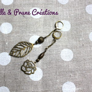Boucles d'oreilles asymétriques estampes feuilles et roses bronze