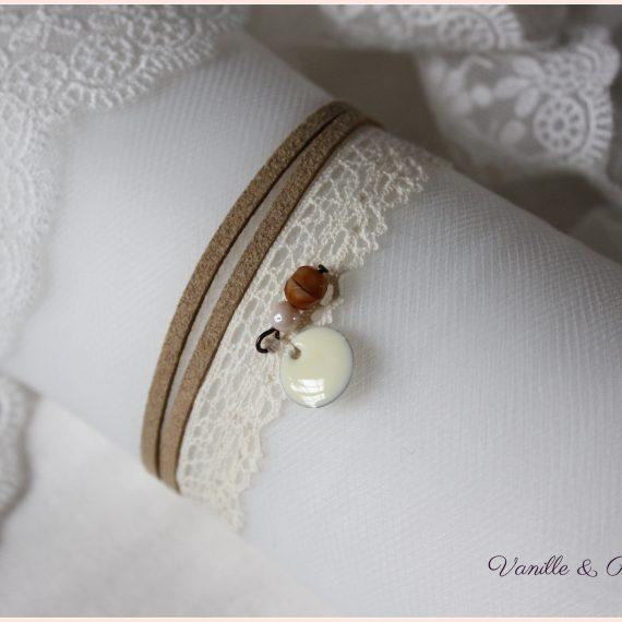 Bracelet dentelle de coton crème et daim naturel
