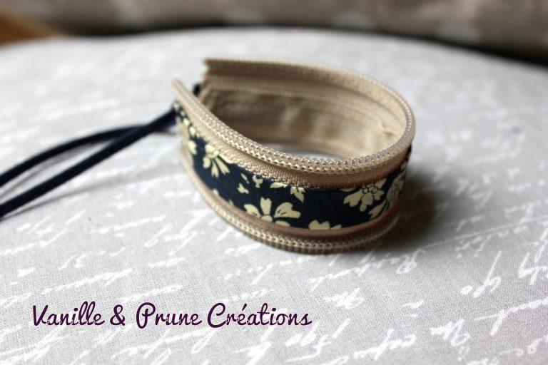 Bracelet enfant en zip lin et biais Liberty® bleu marine fleurs beiges