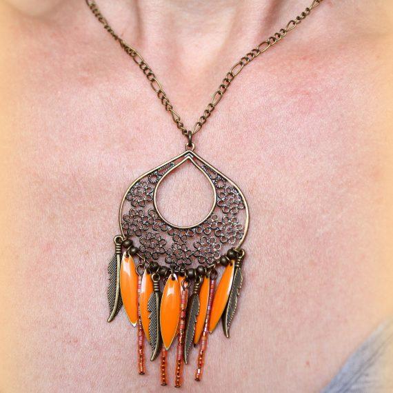 Collier bronze estampe ajourée perles miyuki orange, breloques plumes, navettes émaillées
