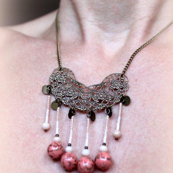 Collier estampe fleurie ajourée bronze breloques miyuki et perles créateur