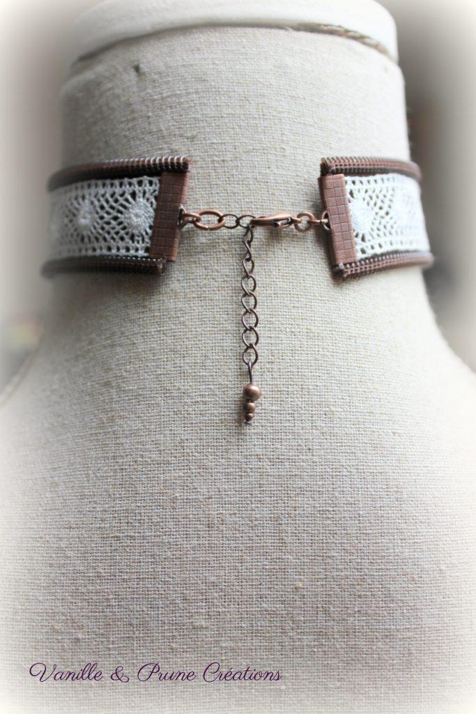 Collier ras-du-cou tissu zippé chocolat, dentelle yoyo et bouton bois