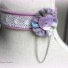 Collier ras-du-cou tissu zippé parme, dentelle, yoyo et bouton de nacre en coeur
