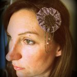 Bijou de tête Headband métal bronze yoyo tissu gris clair imprimé fleurs