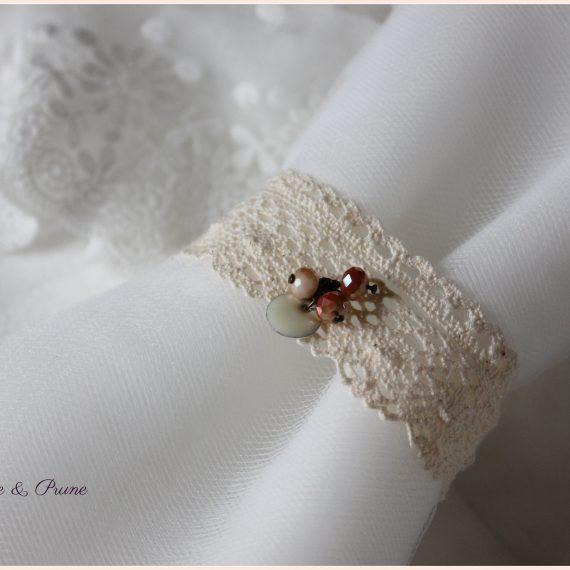 Bracelet deux dentelles, pastille émaillée et perles de verre facettée