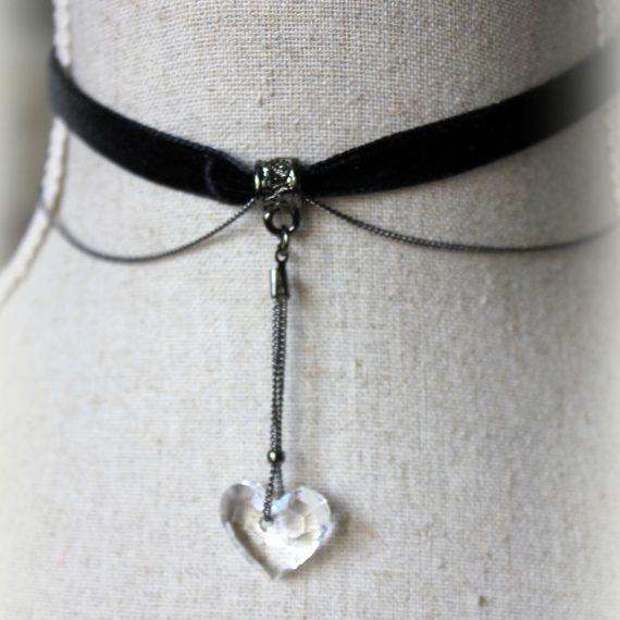 """Collier ras-du-cou """"choker"""" ruban de velours noir, chaine très fine et coeur cristal"""