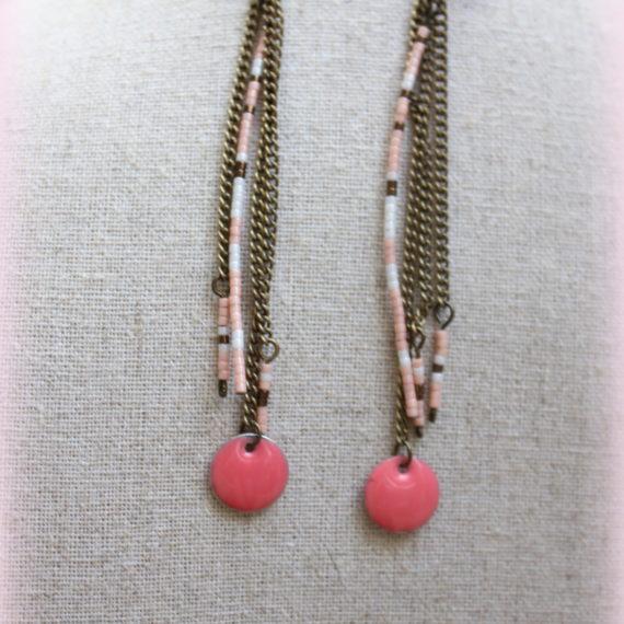 Boucles d'oreilles longues bronze, breloques émaillées roses pastilles et miyuki