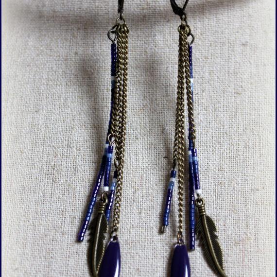 Boucles d'oreilles longues bronze, breloques émaillées navettes fines bleues plumes et miyuki