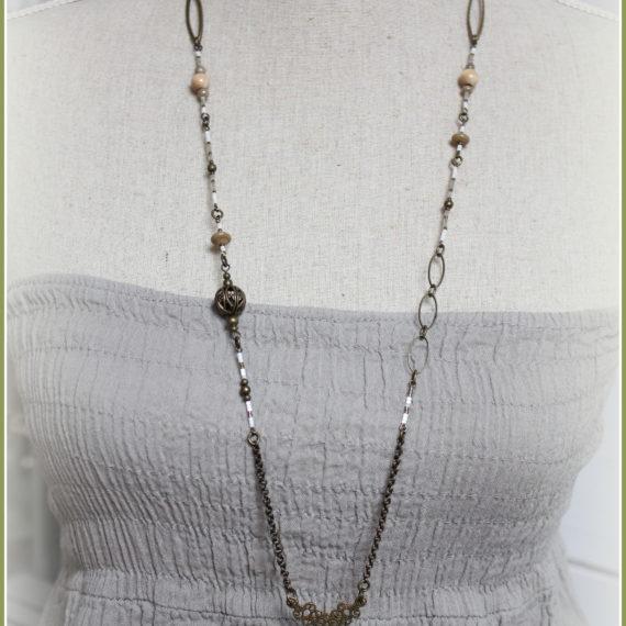 Sautoir bronze perles bois naturel, demi lune ajourée et breloques gouttes émaillées crèmes