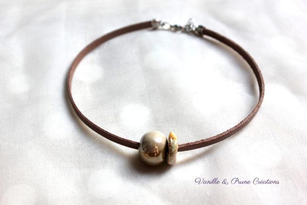 Collier ras-du-cou cuir marron clair nacré perles céramiques beige marbrée