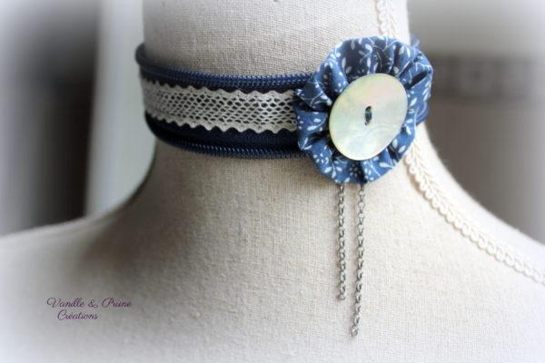 Collier ras-du-cou tissu zippé bleu marine, dentelle, yoyo et bouton de nacre naturel