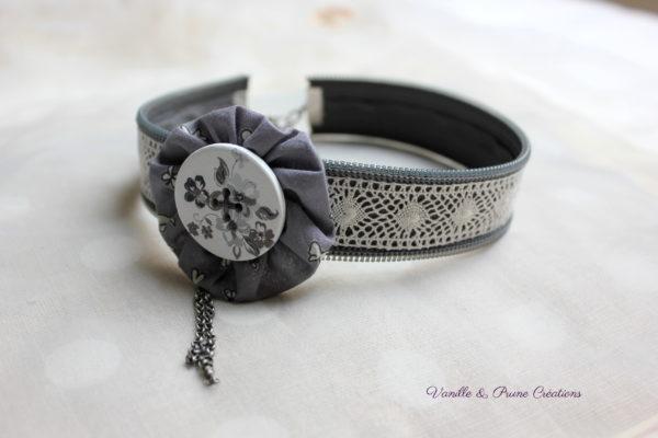 Collier ras-du-cou tissu zippé gris souris, dentelle yoyo et bouton bois peint