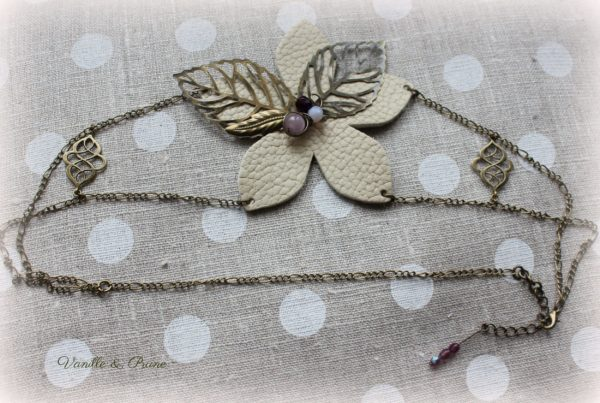 Bijou de tête Headband bronze et sa fleur en cuir crème, perles mauves