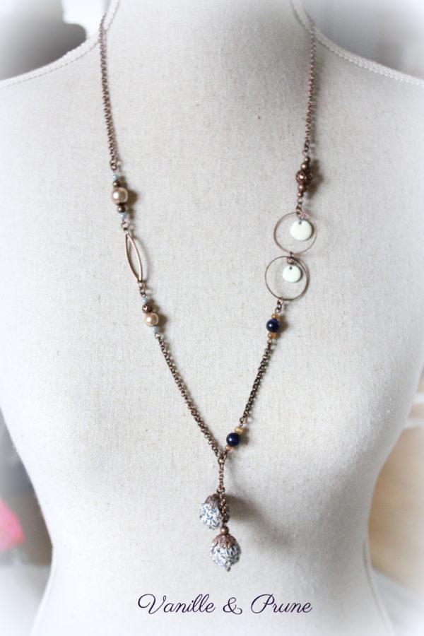 Sautoir cuivré vieilli perles beiges, cuivrées, bleues marines et tissu