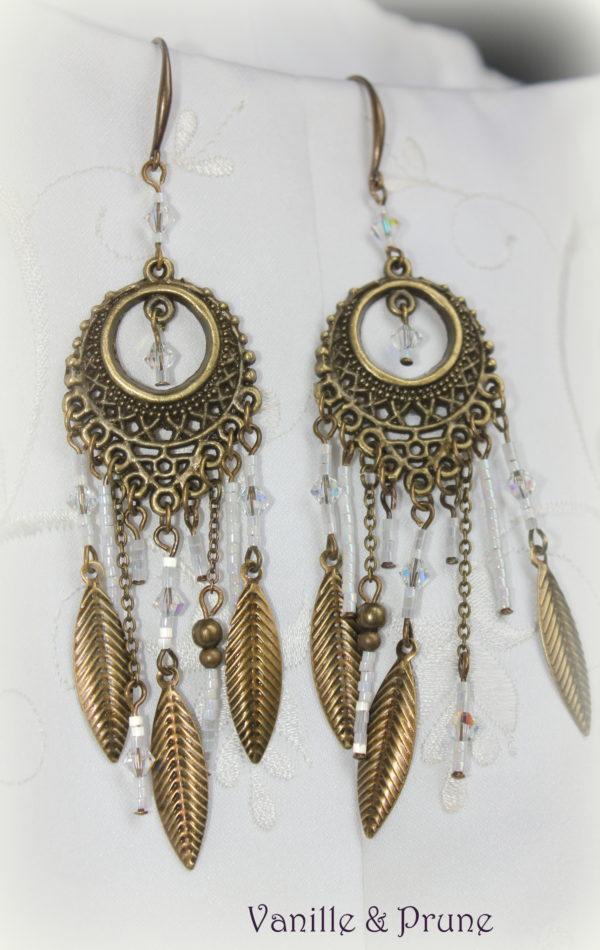 Boucles d'oreilles bohème bronze cristal et plumes, miyuki blanches irisées
