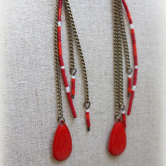 Boucles d'oreilles longues bronze, breloques émaillées rouges en gouttes et miyuki