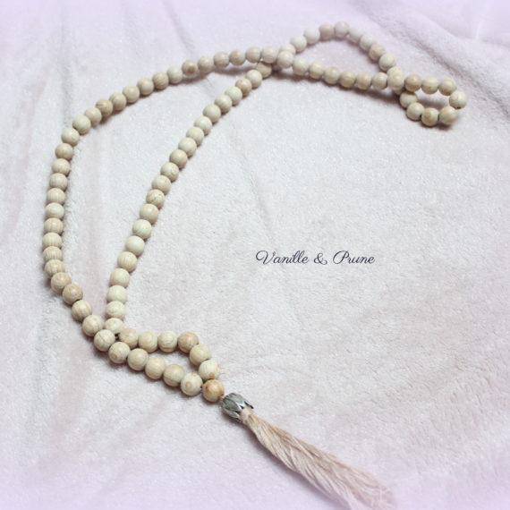 Sautoir perles bois naturels et son pompon de coton esprit tibétain