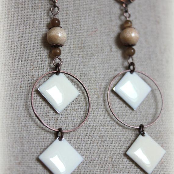 Boucles d'oreilles longues cuivrées, breloques émaillées losanges crèmes et perles bois naturels