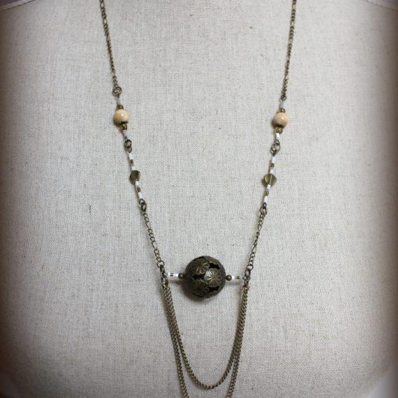 Sautoir bronze petites perles bois naturel, grosse perle ajourée, finition double chainettes et Miyuki