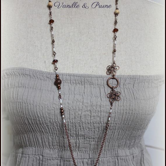 Sautoir cuivré vieilli perles bois naturel, demi lune ajourée et breloques navette émaillées blanches