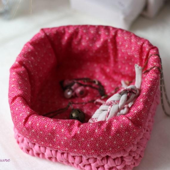 Panier vide-poches jersey au crochet rose fuchsia et tissu imprimé