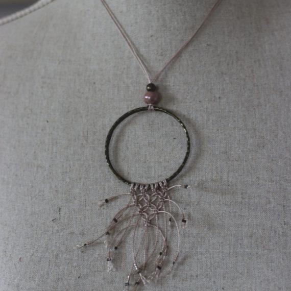 Collier bronze intercalaire rond travaillé petit plastron en macramé et perlettes