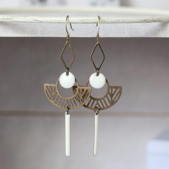 Boucles d'oreilles bronze intercalaires chapeaux ajourés sequins pastilles et bâtonnets émaillés blancs