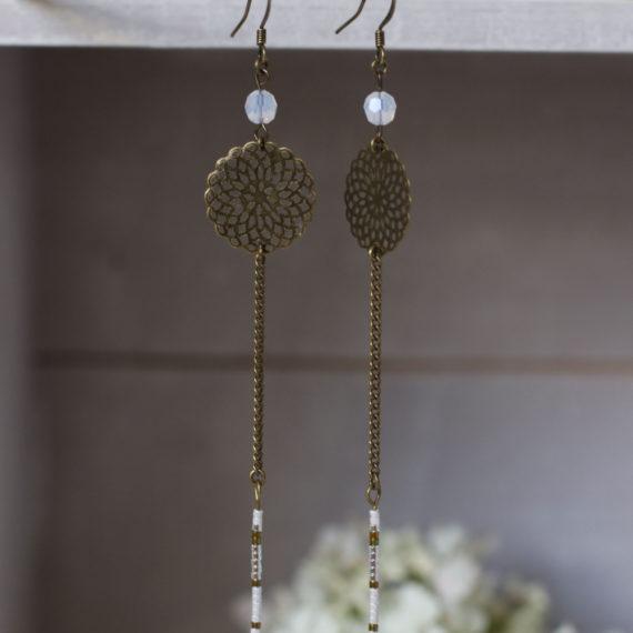 Boucles d'oreilles bronze longues, fines rosaces et perles Swarovski® White Opal