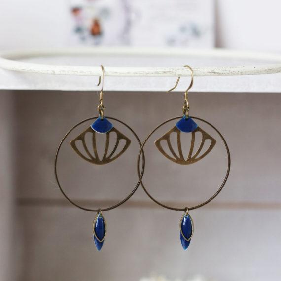 Boucles d'oreilles bronze intercalaire ronds et formes éventails ajourées sequins bleu nuit