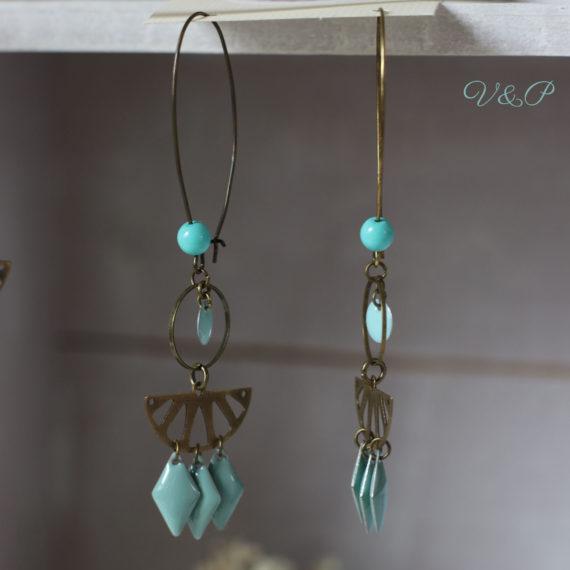 Boucles d'oreilles bronze longues breloques losanges émaillées turquoises et demi citrons ajourés