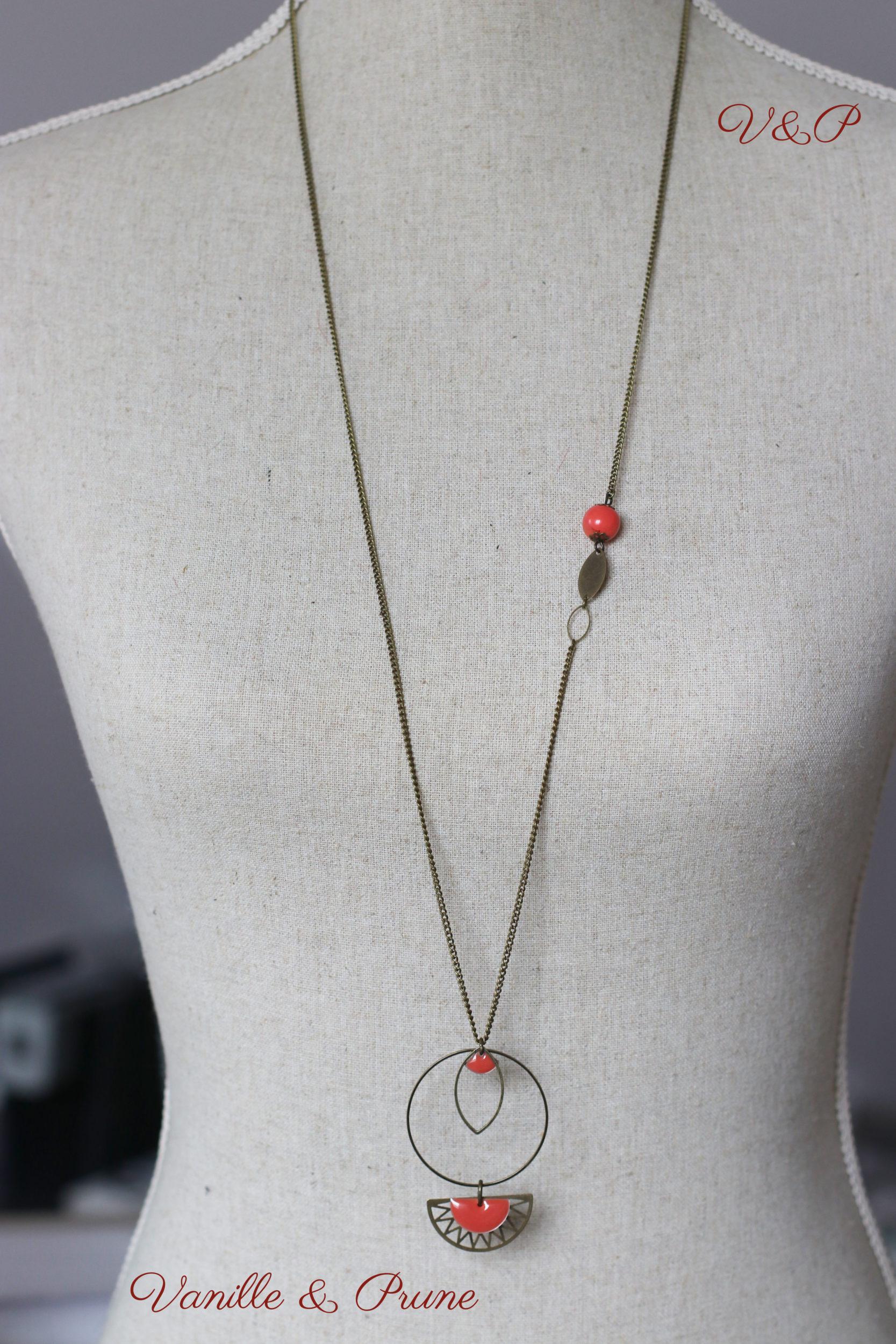 Sautoir bronze simple avec petite perle fait mains et breloques géométriques corail