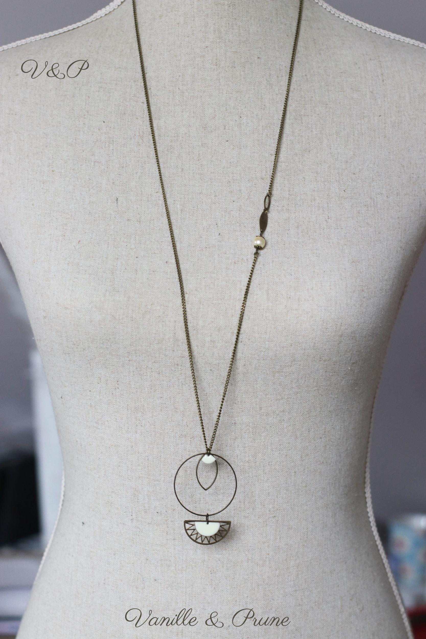 Sautoir bronze simple avec petite perle nacrée et breloques géométriques crème