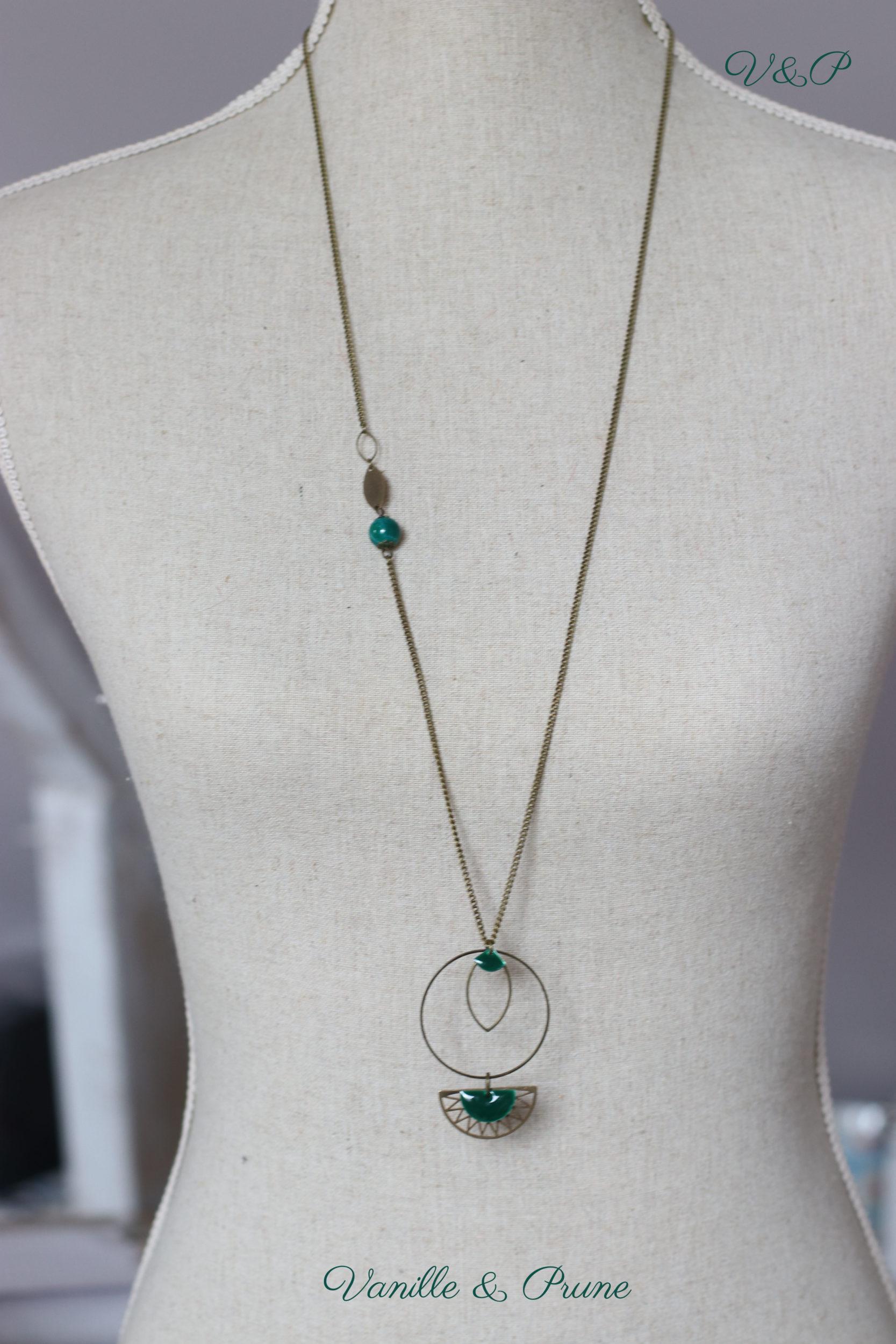 Sautoir bronze simple avec petite perle nacrée et breloques géométriques vert sapin