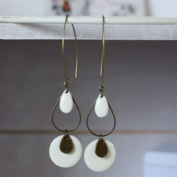 Boucles d'oreilles longues bronze intercalaires gouttes ajourées et grosses pastilles émaillées crèmes