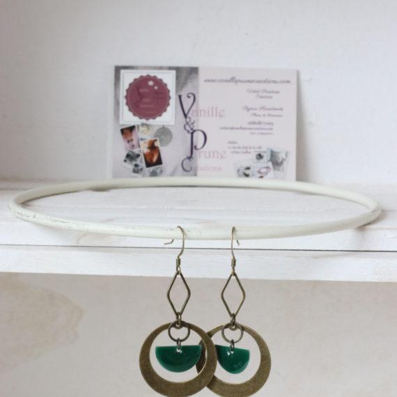 Boucles d'oreilles bronzes intercalaires moyens mi-pleins ronds et losanges ajourés, sequins émaillés demi-lunes vert sapin