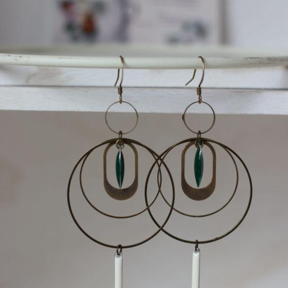 Boucles d'oreilles bronzes gros intercalaires ronds, breloques tubes et navettes émaillées, crèmes et verts sapin