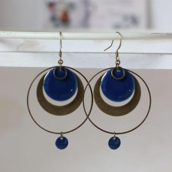 Boucles d'oreilles bronzes gros intercalaires ronds, successions de breloques arrondis, gros sequins ronds émaillés bleus nuits