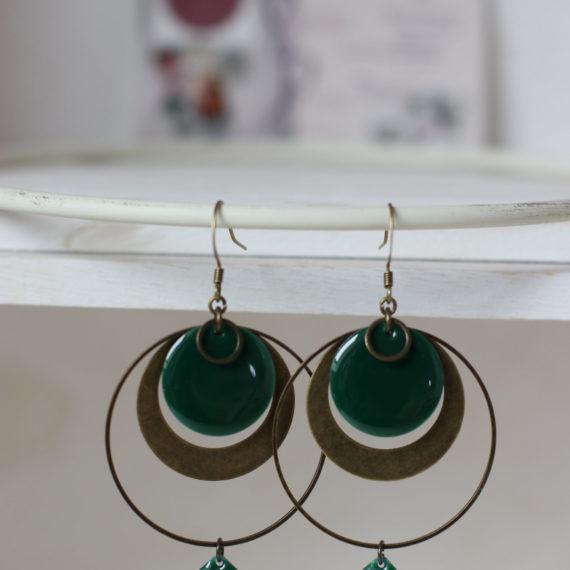 Boucles d'oreilles bronzes gros intercalaires ronds, successions de breloques arrondis, gros sequins ronds émaillés sapin