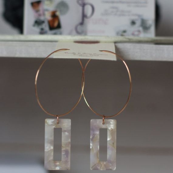 Boucles d'oreilles rose Gold et petit pendentif rectangulaire plexi marbré beige rosé