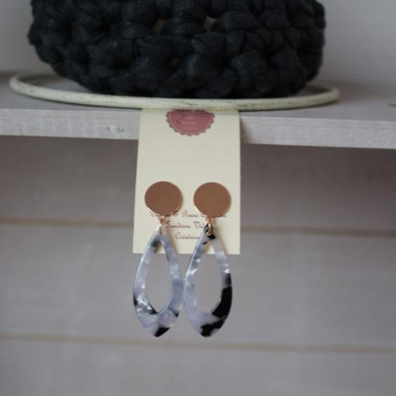 Boucles d'oreilles rose Gold et petit pendentif plexi marbré noir et gris clair