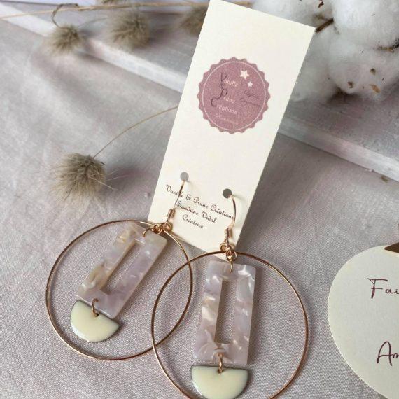 Boucles d'oreilles dorées rose, pendentif acétate marbré rose et demi-lune crème